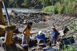 Paul Liu (right) with colleagues Carrie Davis and Robert McKay of the Iowa Geological Survey in 2010, at the excavation pit in the diverted Iowa River. Image from the IGS website.